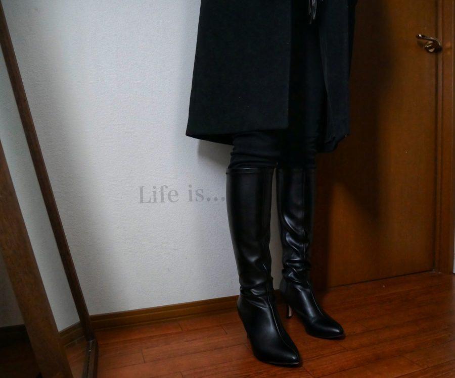 黒のロングブーツを履いた女性