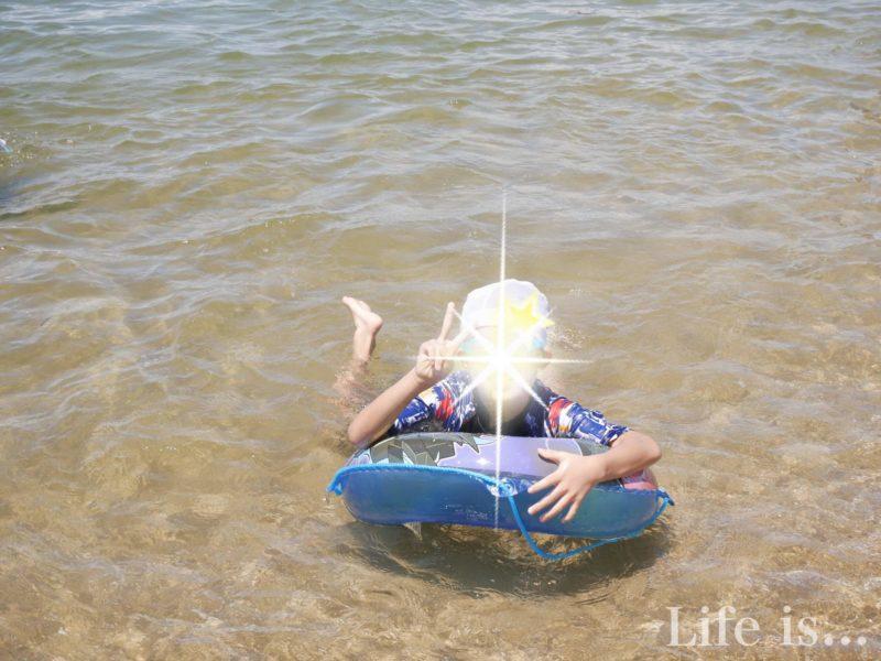海に入る子ども